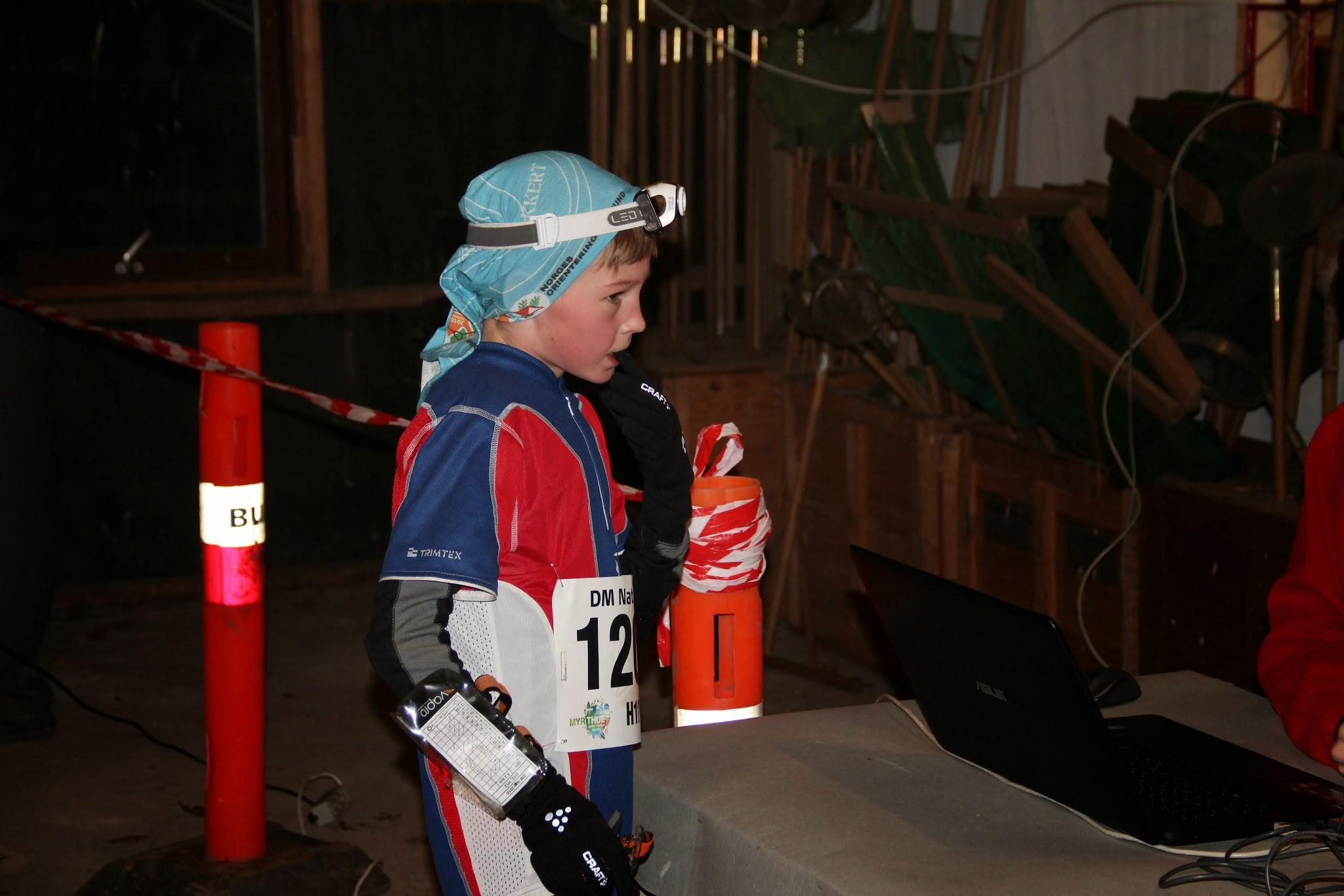 Jacob Klærke Mikkelsen løber i mål til en guldmedalje ved DM nat i Marbæk Plantage lørdag aften. (Foto: Esbjerg Orienteringsklub)