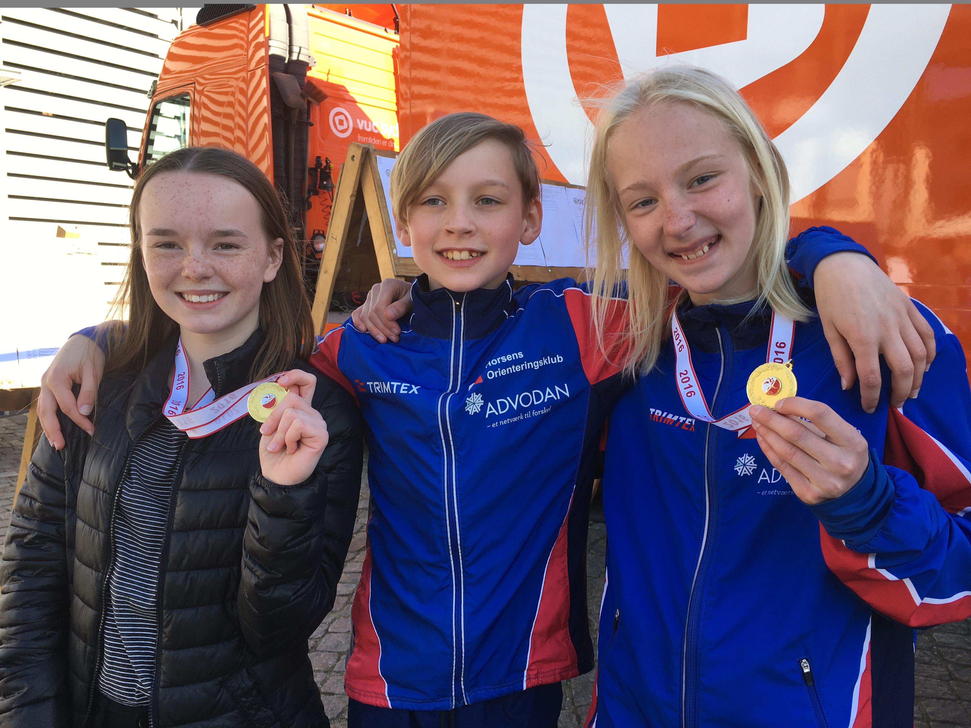 De glade medaljetagere i til sprinten i Haderslev. Fra venstre Rebecca Loft Thyssen, Jonas Kokholm og Theresa Skouboe
