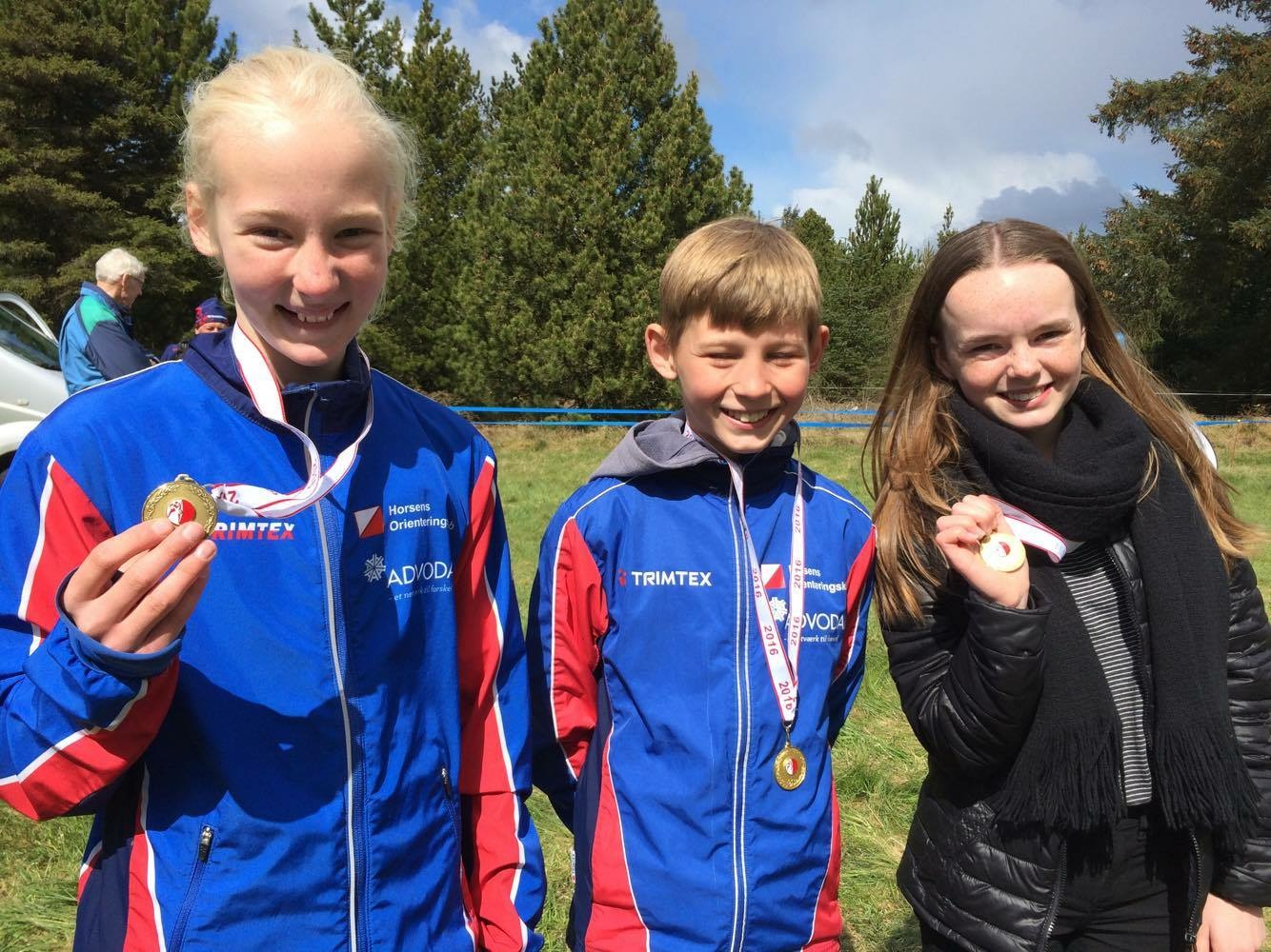 Glade juniorer til ultra-langdistance på Rømø med deres  medaljer. Fra venstre Theresa Skouboe, Jacob Klærke Mikkelsen og Rebecca Loft Thyssen